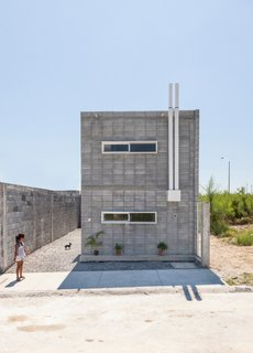 "<span style=""font-family: Theinhardt, -apple-system, BlinkMacSystemFont, &quot;Segoe UI&quot;, Roboto, Oxygen-Sans, Ubuntu, Cantarell, &quot;Helvetica Neue&quot;, sans-serif;"">Mexico-based architecture office S-AR created Casa Caja, a low-cost concrete block house that's designed to be built by its owners, with support from a non-profit social housing project. ""The subject of the non-profit organization is to make the benefits of architecture available for those that can't pay for it with money, but can work or construct their own houses or buildings,"