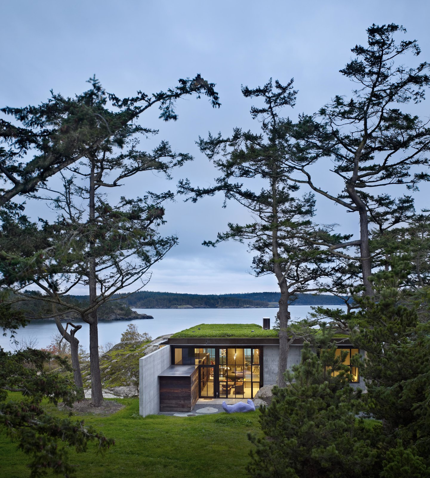 Outdoor, Back Yard, Grass, Small Patio, Porch, Deck, and Trees The Pierre | Olson Kundig  The Pierre
