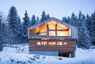 The base of this cabin is constructed out of cast-in-place concrete with formwork using the same wood as the floor cladding above.