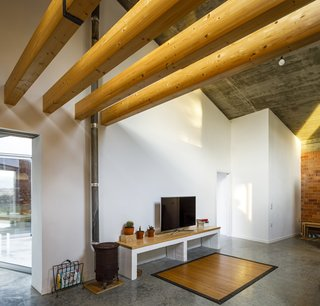Once the structure was completed, the walls and ceilings were insulated with wood (Gutex Cubierta), which the team implemented as a more natural and breathable alternative to a thermal bridge.