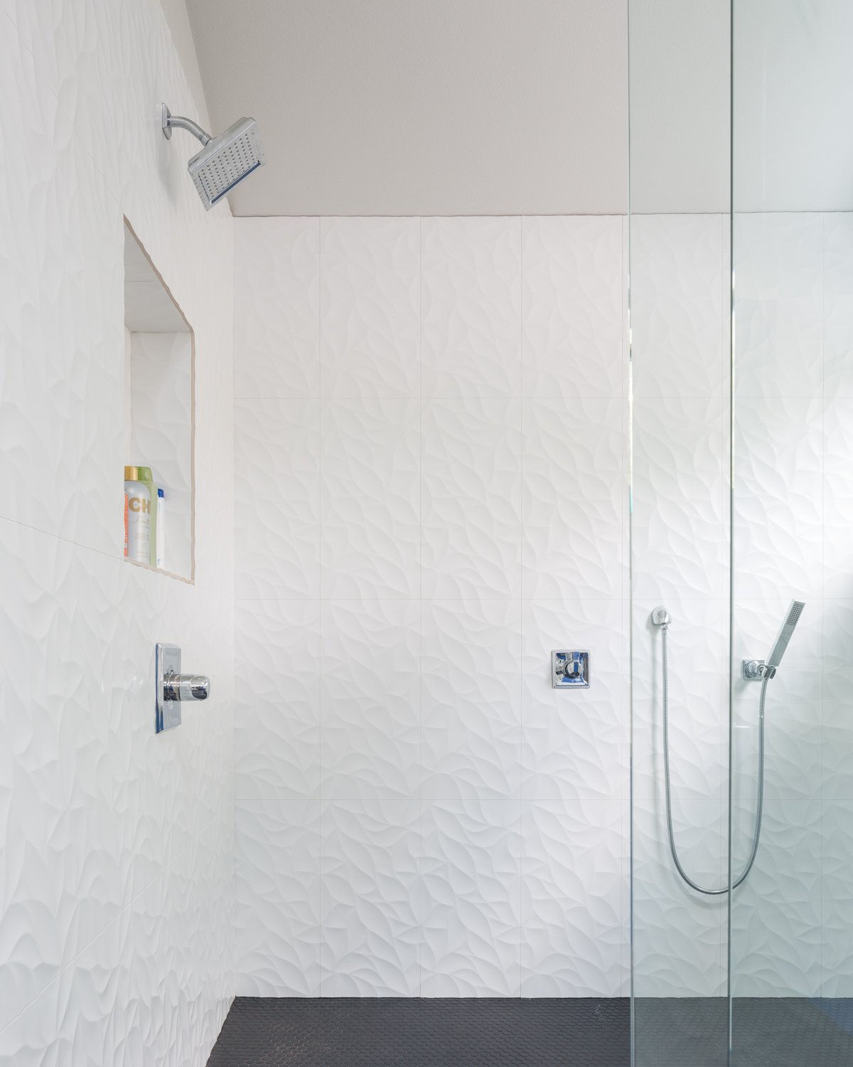 Bath Room, Open Shower, and Ceramic Tile Wall Bathroom  Norris House by Davey McEathron Architecture