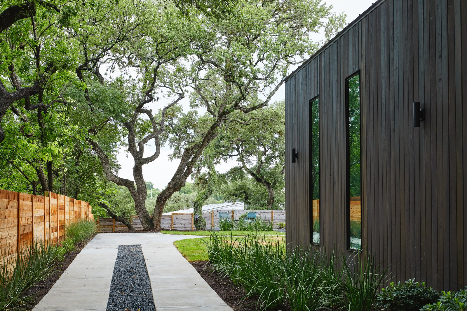 Outdoor, Gardens, Garden, Back Yard, Grass, Wood Fences, Wall, Horizontal Fences, Wall, Side Yard, Trees, and Shrubs Exterior  Chelsea House by Davey McEathron Architecture