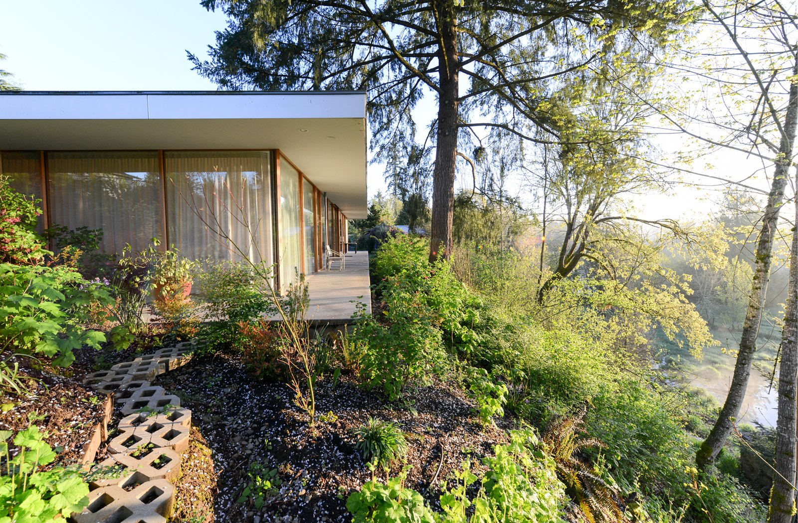 Set on an urban in-fill lot at the edge of a terrace escarpment overlooking protected  wetlands and a wild river, the Courtyard House weaves between natural and urban contexts.  The Courtyard House