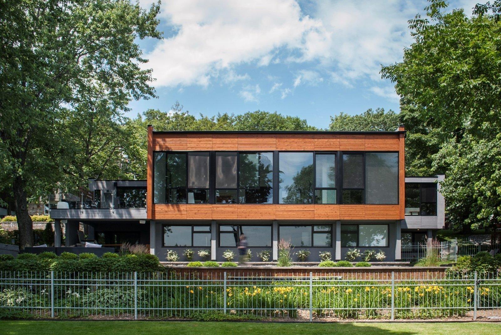 Back yard at Rue de l'Anse residence - PARKA Architecture & Design - Quebec city, Canada  Rue de l'Anse residence by PARKA - Architecture & Design