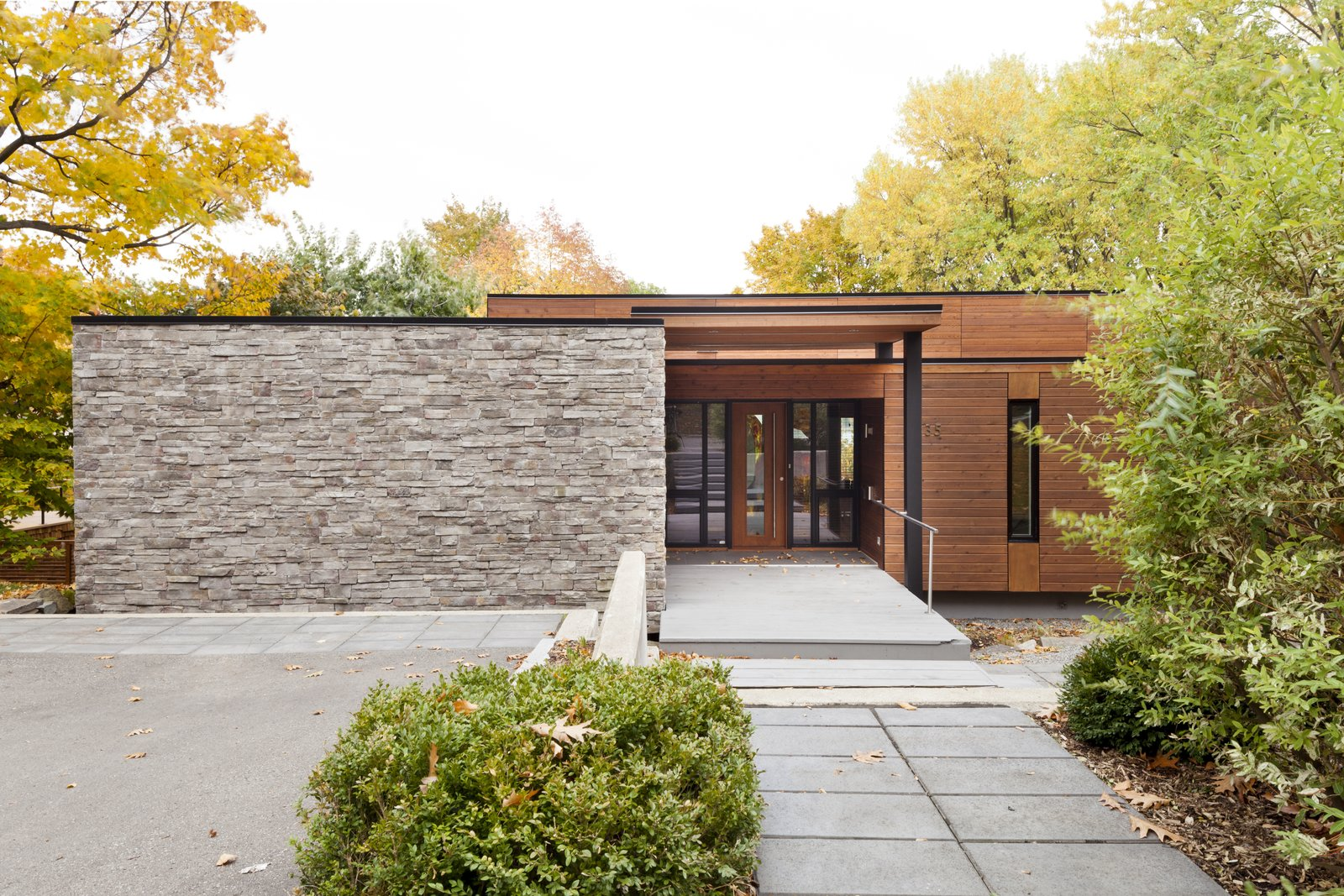 Front yard at Rue de l'Anse residence - Quebec city, Canada  Rue de l'Anse residence by PARKA - Architecture & Design