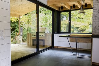 This area of the residence is the closest to the river. The tall windows make it possible to cook in perfect harmony with the external environment.