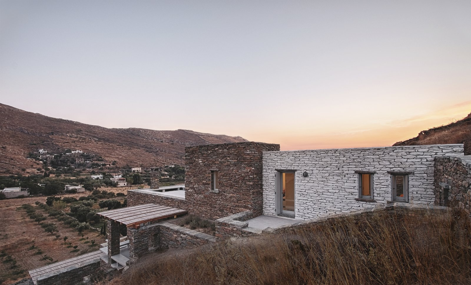 East facade : entrance, stair case and bedrooms volumes  ROCKSPLIT house by COMETA ARCHITECTS