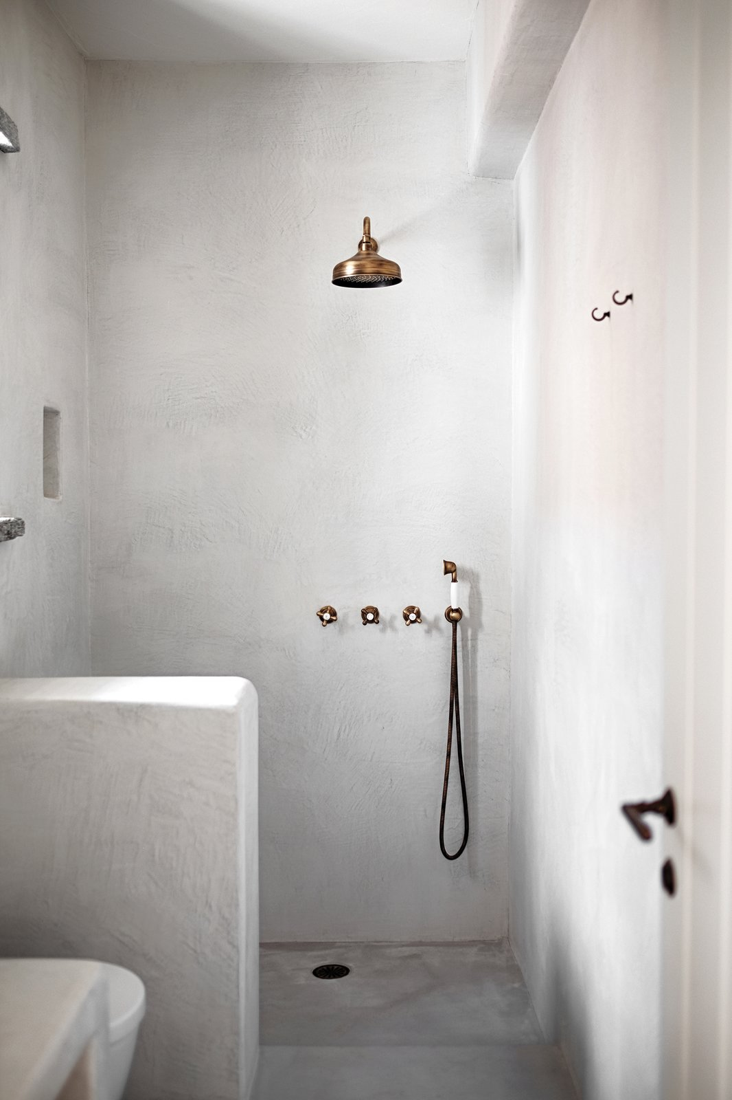 Bath Room, Concrete Floor, Open Shower, Corner Shower, and Concrete Wall Showeroom  ROCKSPLIT house by COMETA ARCHITECTS