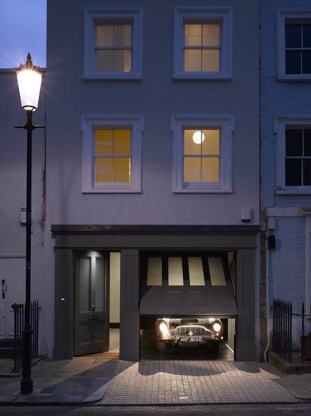 在伦敦的一个保护区,这一历史性的家有一个现代化的室内原来的门面后面。装修包括下面的风格和所述主门的比例新镶板车库门,与上述四个下部凹板4个玻璃面板。