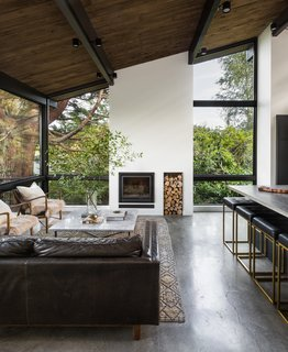 A new double-height fireplace is now the focal point of the spacious living room. It effortlessly underscores the room's graceful proportions.