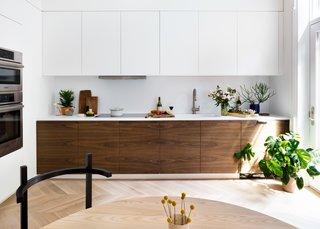 斧头设计建造了一个现代的方式与这个厨房,同时还从一个传统的盘绘图。粮食匹配核桃柜呼应核桃口袋门别处。