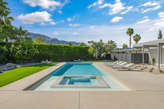A border hedge provides privacy for the backyard, where distant views of the San Jacinto mountains can be appreciated.