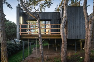 A Modern Tree House in France Preserves the Surrounding Pines