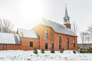 The church was divided into two parts: a 2,500-square-foot home for Nicole and Pierre at the front, as well as a 1,500-square-foot office, garage, and workshop at the rear.