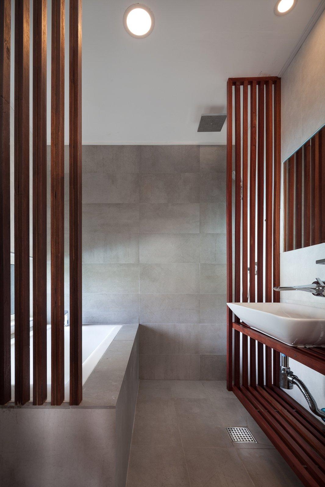 Baomaru House by Rieuldorang Atelier Bathroom