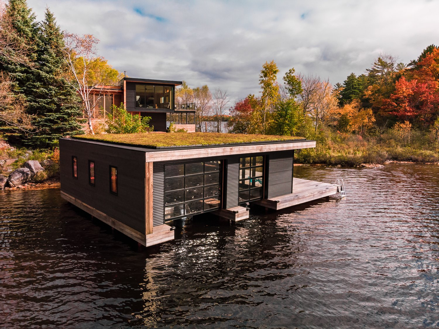A Hybrid Prefab in Ontario Drinks In its Lakeside Locale