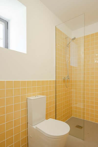 Bathrooms were kept simple, with tile from the same line: Urban Atelier from Aleluia Cerâmicas, which has been in business for over 100 years.