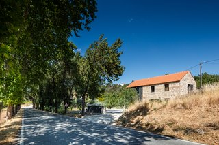 The home is located on the bank of the historic National 18 road with a view of the Serra da Estrela mountains.