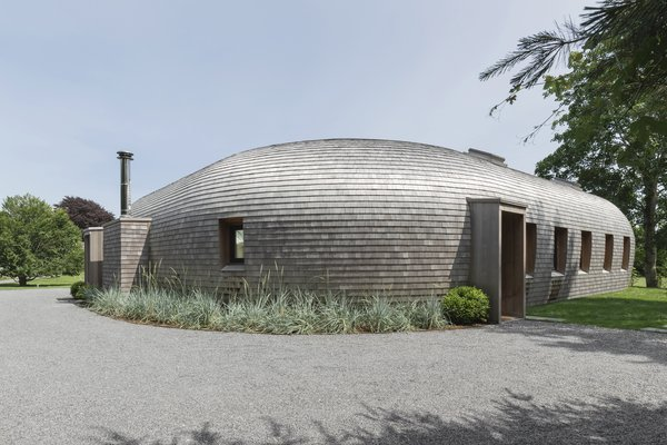 """The site's views face south and the neighbors are to the north, so Edwards Anker positioned the thick, curved walls of the house on the northern side for privacy, while the glass planes capture the setting and ocean breezes. """"It's a very lucky orientation,"""" says Edwards Anker. The house gains its name—Cocoon—from the curved walls."""