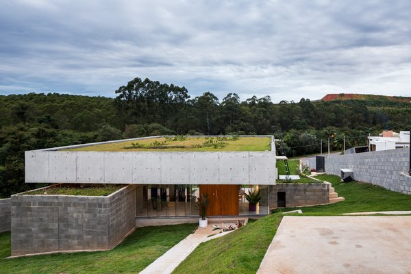 A Spectacular Green Roof Floats Over This Concrete Home in Brazil