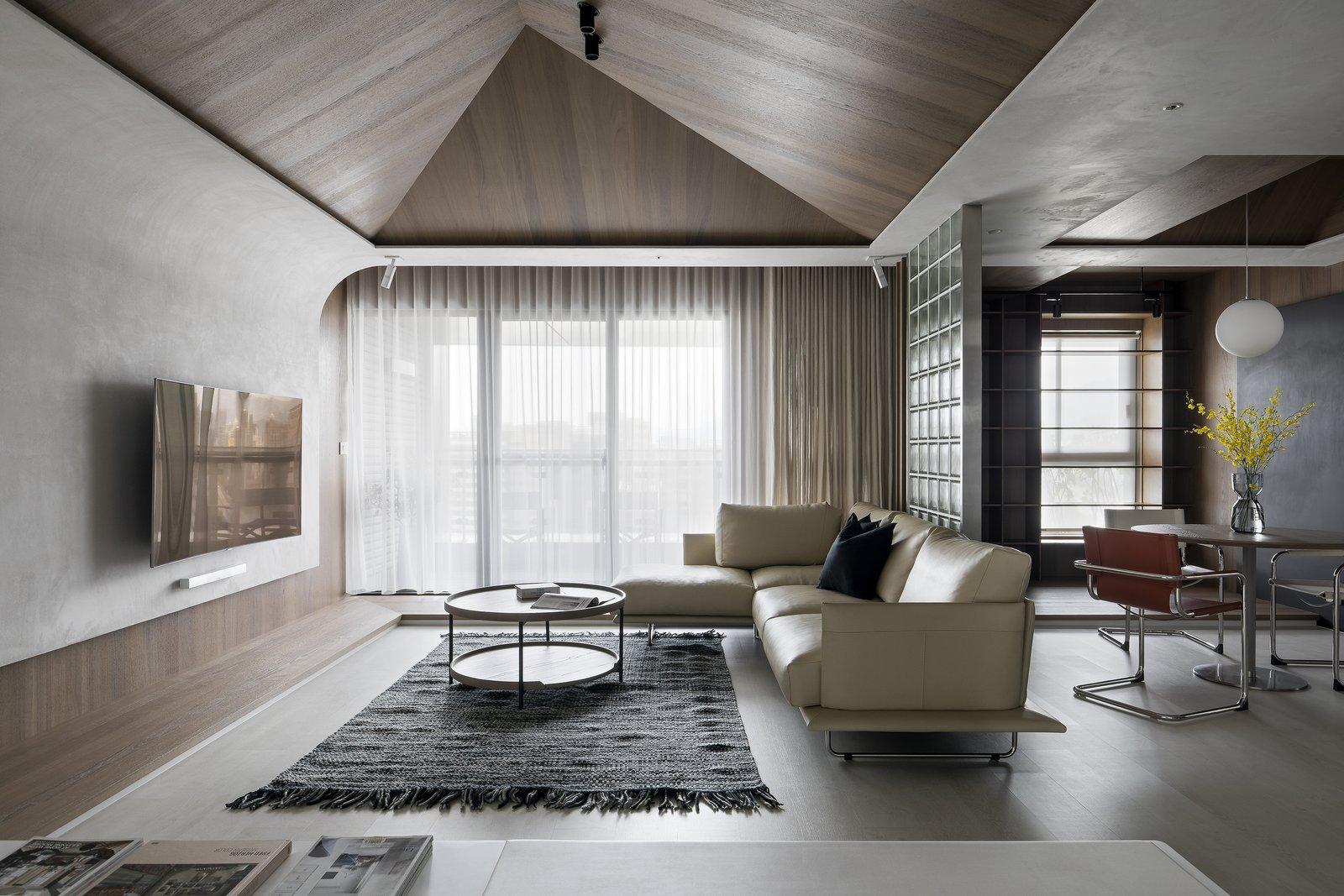 Roof House by Studio In2 Living Room