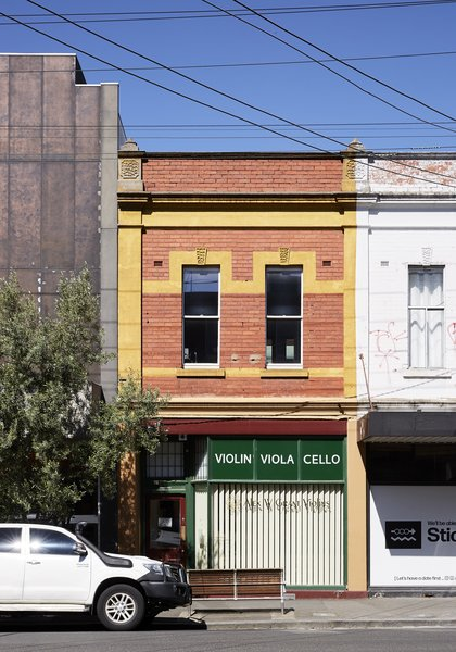 After 15 years of living in a one-bedroom flat above their specialty violin shop in the Melbourne suburb of Collingwood, the owners were tired of trekking downstairs to their workshop in order to use the building's only bathroom.