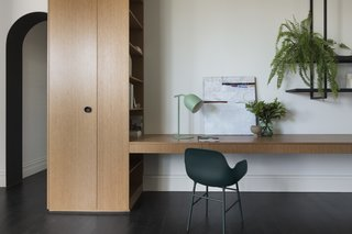 In the parsonage volume, the floors are American oak with a black finish. An integrated desk designates a place to work from home.