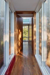 """""""主要的房子可以说是相当热闹,""""尹说。分离的主家的玻璃走廊,新增加私有化高手赐教,并营造了愉快的序列,就像你通过景观移动到房子的更宁静的部分。"""