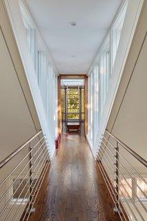 在二楼,从休息室时装表演导致卧室套房,在新增加的。全高玻璃在走廊捕获结束时的自然景观外,和船的走廊上引线梯子到屋顶平台。