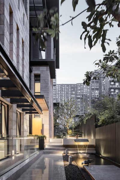 The renovation of Mr. Chow's four-level, semi-detached home in Jinhua City was led by Liang Architecture Studio and completed in December 2019.