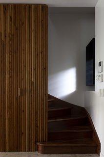 用于镶板墙口音木材的百分之七十被回收,并在安装延伸到打捞楼梯。白色水磨石地面覆盖项为好。