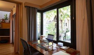 一张桌子坐在活化的窗户壁龛。