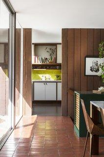 视图入rehabbed厨房。
