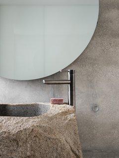 """盥洗室里的""""大石盆""""。"""