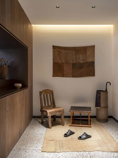 在大厅里,墙艺从老式日本酒袋塑造。核桃和牛皮程Qǐ粪便是从U +家具。