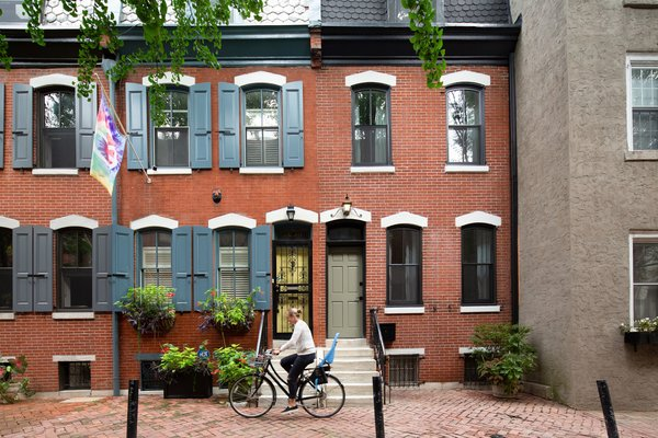Architect Lauren Thomsen of Lauren Thomsen Design bought this 1836-square-foot brick row house in Philadelphia in 2018. In the ensuing remodel, the exterior façade was updated in accordance with the Philadelphia Historic Commission guidelines, and the front door painted 'Connected Gray' by Sherwin Williams.