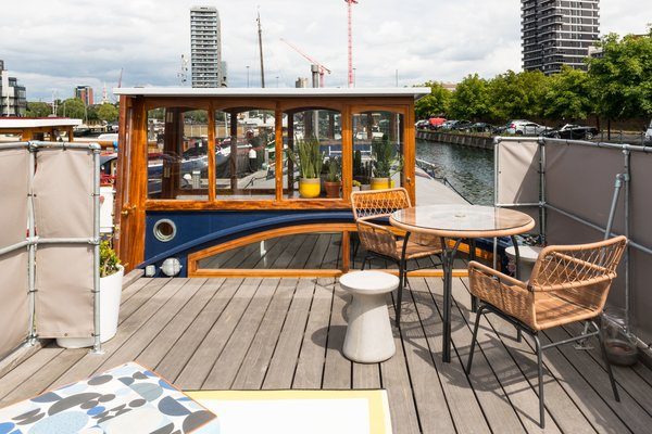 In the Poplar Dock Marina of London sits a 1924 barge that has been transformed into Beecliffe, a contemporary floating home with simple, sophisticated interiors.