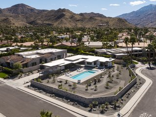 The low-lying, horizontal residence sits idyllically at the foothills  of  the Indian Canyons in Palm Springs.