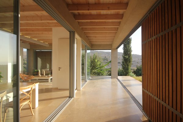As the screens move throughout the day, the outdoor space can either stay enclosed or upon up to the landscape, further enhancing the seamless connection between indoors and outdoors.