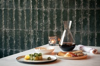 At night, guests can find a dinner menu inspired by local ingredients, shareable plates, stylish cocktails, and an inventive wine list.