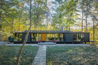 This single-family residence in Bloomfield, Michigan, known as the Treehaus, embodies the iconic style of midcentury modernism. Thanks to a thoughtful renovation, this rare dwelling has been restored to its original state of refined elegance.