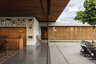 Large, movable glass walls further blur the boundary between the interior and exterior.
