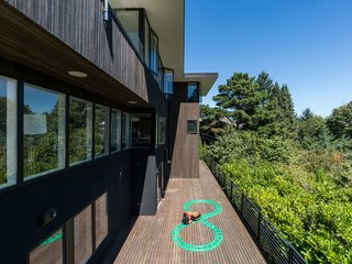 The rear of the house resembles the feeling of a tree house, suspended high up in the trees blending indoors with outdoors.