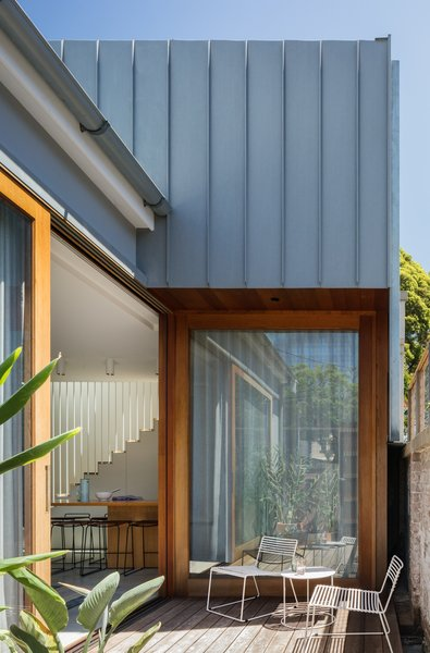Large cedar-clad openings connect the interior living spaces to the courtyard. The bright and airy main living spaces wrap around the courtyard.
