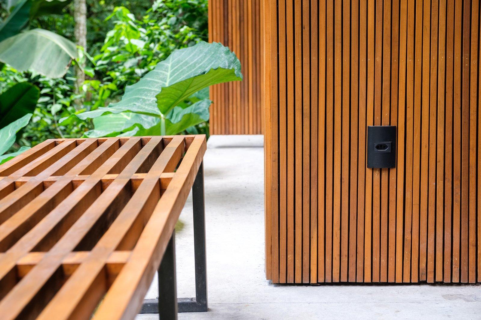 Un detalle de la pantalla de madera de la casa bioclimática.