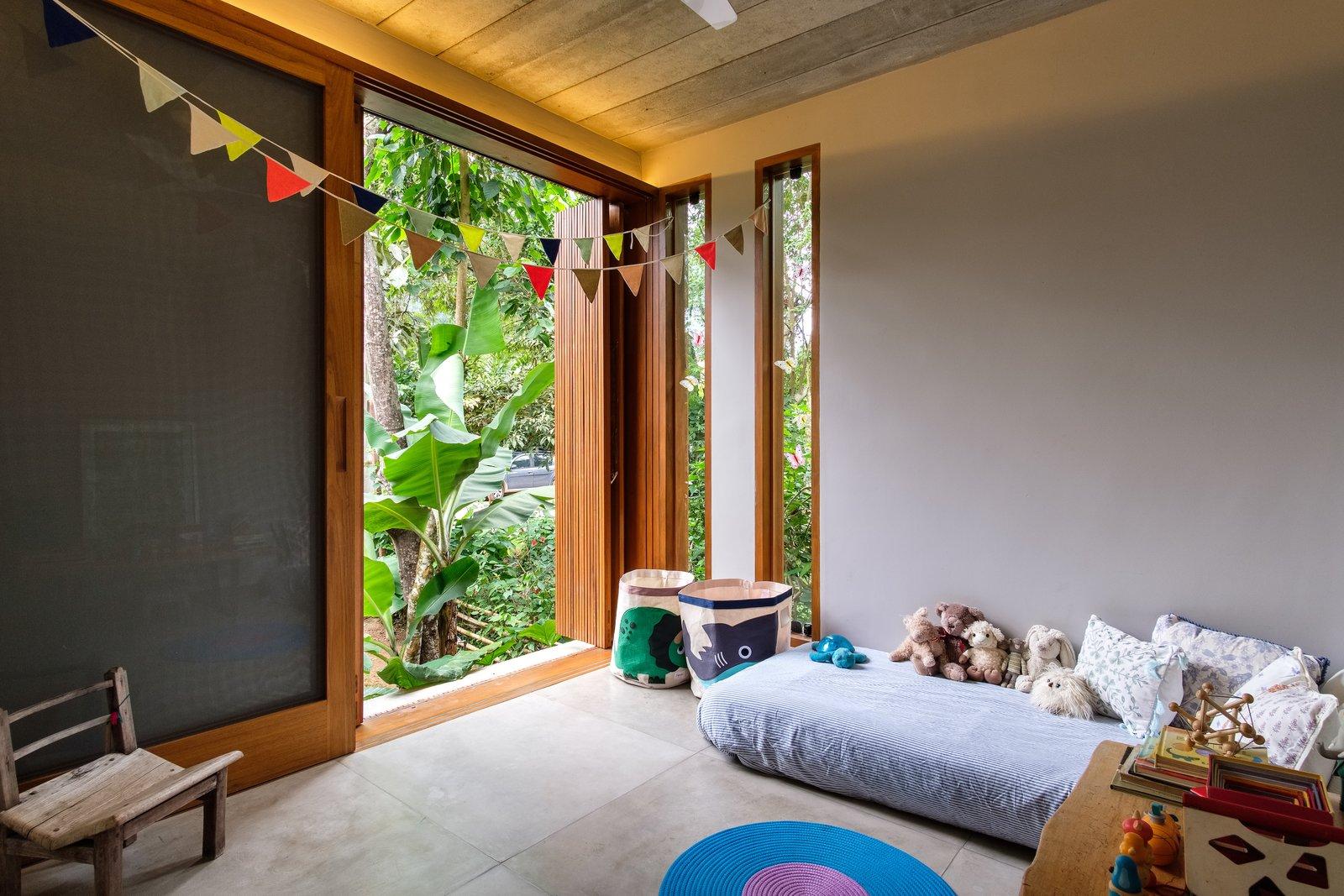 Dormitorio, cama y silla Las grandes aberturas con pantallas de madera móviles permiten ventilación, vistas y privacidad.