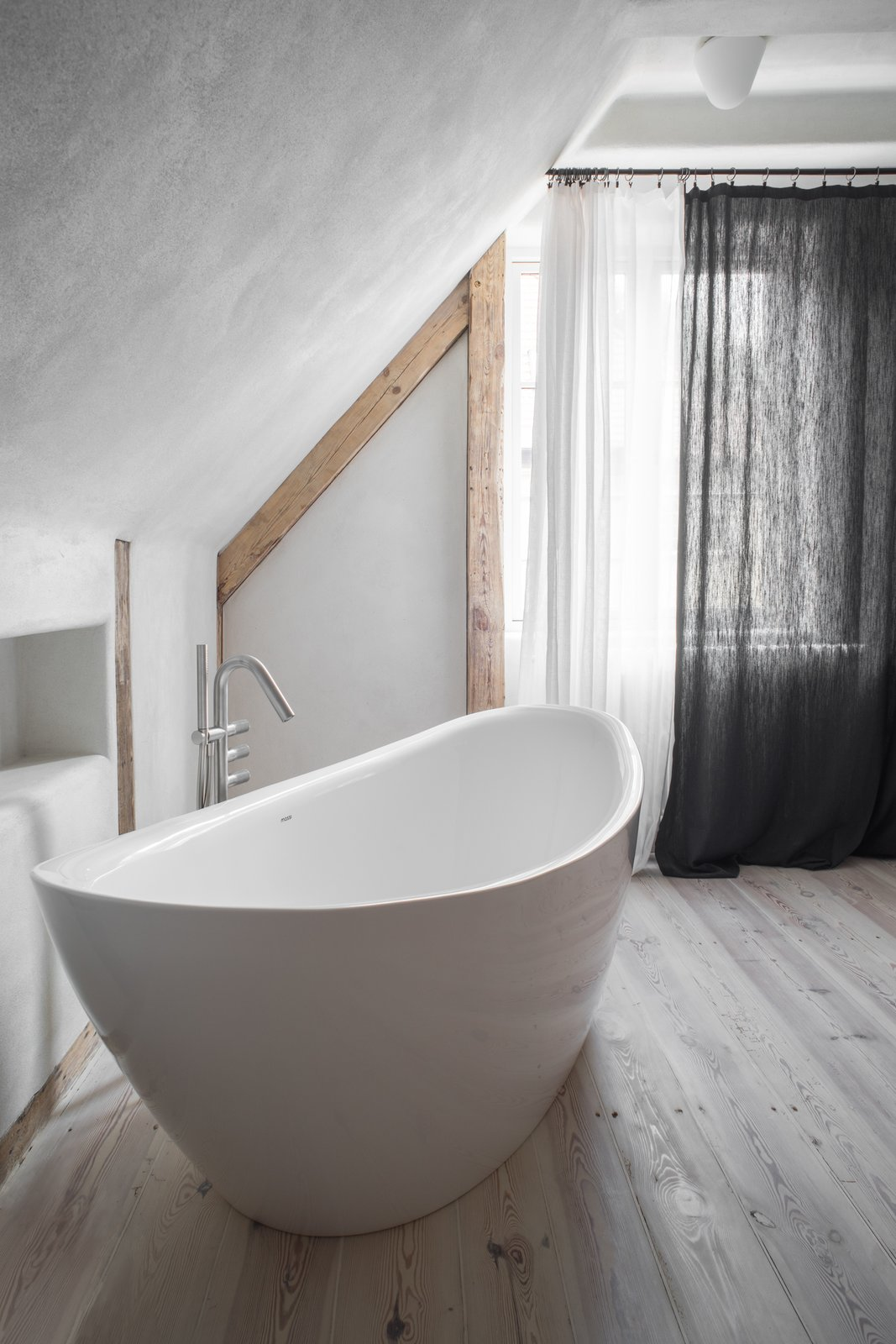 Loft Kolasiński soaking tub in bathroom