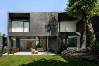 Pockets of Greenery Punctuate This Dramatic Black House in Mexico City