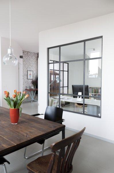 玻璃的大窗格隔墙提供自然采光和隐私的主要办公室。要使用浓度援助,配件和颜色都保持在这里最低。