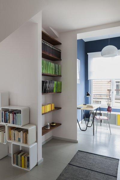 各种各样的存储单元——从嵌入式架子到当代橱柜——为房主的藏书提供了充足的空间。